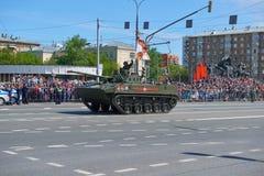 MOSCOU, MAIO, 9, 2018: Parada do feriado da grande vitória de veículos militares do russo Comemorando povos, símbolos da vitória  Fotografia de Stock