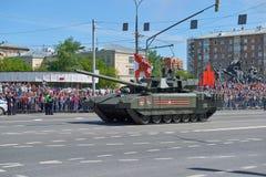 MOSCOU, MAIO, 9, 2018: Parada do feriado da grande vitória de veículos militares do russo Tanques em ruas da cidade e em povos da Fotos de Stock Royalty Free