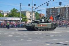 MOSCOU, MAIO, 9, 2018: Parada do feriado da grande vitória de veículos militares do russo Tanques em ruas da cidade e em povos da Fotografia de Stock Royalty Free