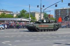 MOSCOU, MAIO, 9, 2018: Parada do feriado da grande vitória de veículos militares do russo Tanques em ruas da cidade e em povos da Fotografia de Stock