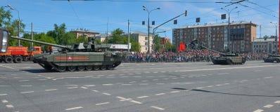 MOSCOU, MAIO, 9, 2018: Parada do feriado da grande vitória de veículos militares do russo Tanques em ruas da cidade e em povos da Imagem de Stock