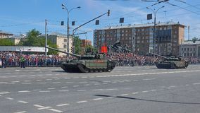 MOSCOU, MAIO, 9, 2018: Parada do feriado da grande vitória de veículos militares do russo Tanques nas ruas da cidade e nos povos  Fotos de Stock Royalty Free