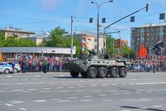 MOSCOU, MAIO, 9, 2018: Parada do feriado da grande vitória dos veículos de tanque militares BTR-82A do russo para soldados Tanque Fotos de Stock