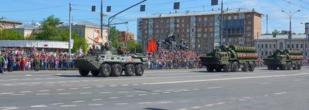 MOSCOU, MAIO, 9, 2018: Parada do feriado da grande vitória dos veículos de tanque militares BTR-82A do russo para soldados Tanque Fotografia de Stock