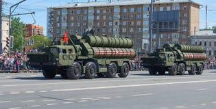 MOSCOU, MAIO, 9, 2018: Parada do feriado da grande vitória do veículo militar do russo: anti sistema de mísseis S-400 Triumph da  Foto de Stock