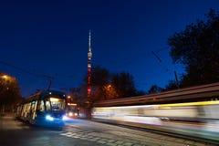 MOSCOU, MAIO, 9, 2018: Vista de bondes modernos do russo na estação da extremidade com o bashnya Ostanki de Ostankinskaya das luz fotos de stock royalty free