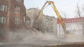 MOSCOU - 25 MARS 2015 : l'excavatrice démolit le schoo du bâtiment 205 clips vidéos