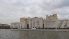 Moscou, ministério de defesa da Federação Russa Vista do rio de Moscou através de Frunze Embankment Câmera video estoque