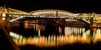 Moscou na noite, ponte de Bogdan Hmelnitzkiy Imagens de Stock Royalty Free
