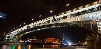 Moscou na noite, ponte de Patriarshiy Foto de Stock Royalty Free