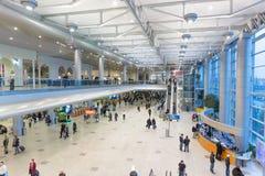 MOSCOU - 23 NOVEMBRE 2013 : les gens dans le hall de l'aéroport font Images stock