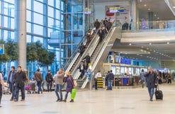 MOSCOU - 23 NOVEMBRE 2013 : les gens dans le hall de l'aéroport font Images libres de droits