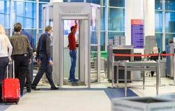 MOSCOU - 23 NOVEMBRE 2013 : les gens dans le hall de l'aéroport font Photographie stock