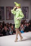 Les modèles montrent des robes sur l'exposition charitable Photos stock