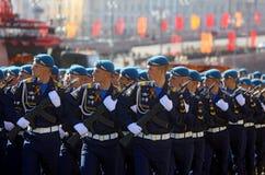 MOSCOU, O 7 DE MAIO DE 2015: março dos soldados do russo através do quadrado vermelho Fotografia de Stock