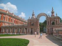 Moscou. Porte dans une cathédrale. Photographie stock