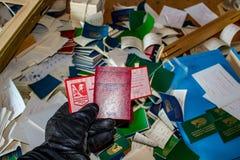 Moscou, Rússia - em janeiro de 2015: O bilhete do sindicato e o certificado 'do líder do trabalho comunista ' imagem de stock royalty free