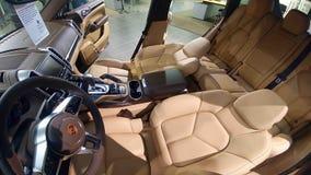 Moscou, Rússia - 1º de abril de 2019: Interior do turbocompressor de Brown Porsche Cayenne, SUV superior na sala de exposições co foto de stock