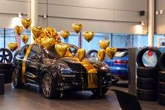 Moscou, Rússia - 1º de abril de 2019: Porsche Cayenne preto decorado com os balões da cor do ouro na forma do coração Carro super imagens de stock