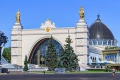 Moscou, Rússia - 1º de agosto de 2018: Fachada do espaço do pavilhão na exposição das realizações da economia nacional VDNH no ag fotografia de stock royalty free