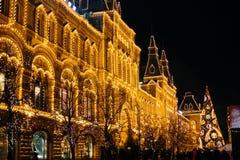 Moscou, Rússia - 1º de dezembro de 2016: decorado pelo quadrado vermelho de ano novo em Moscou, em GOMA e no Natal Foto de Stock Royalty Free