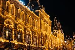 Moscou, Rússia - 1º de dezembro de 2016: decorado pelo quadrado vermelho de ano novo em Moscou, em GOMA e no Natal Imagens de Stock Royalty Free