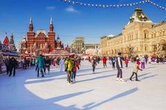 MOSCOU, RÚSSIA 1º DE FEVEREIRO DE 2018: Natal em Moscou Pista de gelo o fotos de stock royalty free