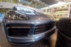 Moscou, Rússia - 1º de junho de 2019: Grade, capa e faróis dianteiros de Porsche Cayenne SUV 2019 O carro est? na sala de exposi? foto de stock royalty free