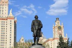 Moscou, Rússia - 1º de maio de 2019: Escultura de Mikhail Vasilyevich Lomonosov na frente da universidade estadual de Moscou imagens de stock royalty free