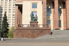 Moscou, Rússia - 1º de maio de 2019: Juventude da escultura 'na ciência perto da entrada à universidade estadual de Moscou imagens de stock