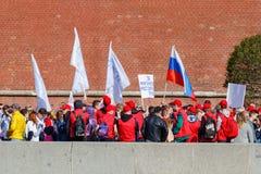 Moscou, Rússia - 1º de maio de 2019: Os povos com bandeiras e as bandeiras na terraplenagem de Kremlevskaya vão à demonstração do foto de stock royalty free