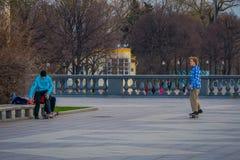 MOSCOU, RÚSSIA ABRIL, 24, 2018: Opinião exterior os adolescentes que praticam a patinagem de rolo em um parque sem proteção, na Imagem de Stock Royalty Free