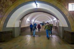MOSCOU, RÚSSIA ABRIL, 24, 2018: Opinião interna os povos que andam em torno da estação de metro nas horas de ponta, com alguma lu Foto de Stock