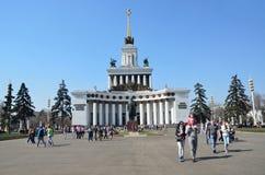 Moscou, Rússia, abril, 20,2014, povos andando perto do pavilhão nenhum 1 central (a casa dos povos de Rússia) Imagens de Stock Royalty Free