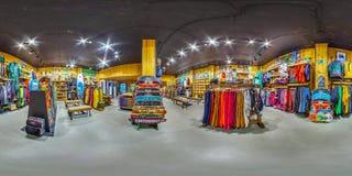 MOSCOU RÚSSIA bens ostentando da loja do 11 de novembro de 2016 para esportes ativos e extremos Snowboards, esquis, bicicletas, p Foto de Stock