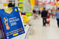MOSCOU, RÚSSIA - 27 DE ABRIL DE 2018: Álbum oficial para as etiquetas dedicadas ao campeonato do mundo RÚSSIA 2018 de FIFA na pra fotografia de stock