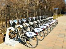 MOSCOU, RÚSSIA - 19 de abril de 2019 Bicicletas da cidade para o aluguer em uma estação alugado automática em Moscou contra imagem de stock royalty free