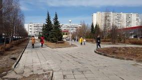 Moscou, Rússia 22 de abril 2018 Bulevar no décimo quinto distrito na mola adiantada em Zelenograd filme