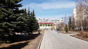 Moscou, Rússia 22 de abril 2018 Bulevar no décimo quinto distrito na mola adiantada em Zelenograd video estoque