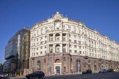 MOSCOU, RÚSSIA - 12 de abril de 2018 A casa da construção em Tverskaya fotografia de stock royalty free