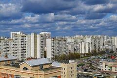 Moscou, Rússia - 29 de abril 2018 Ideia superior de uma área do sono no distrito administrativo de Zelenograd foto de stock royalty free