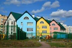 Moscou, Rússia 24 de abril 2016 Jardim de infância colorido no distrito administrativo de Zelenograd Imagens de Stock
