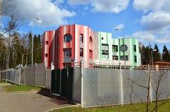 Moscou, Rússia 24 de abril 2016 Jardim de infância colorido no distrito administrativo de Zelenograd Imagens de Stock Royalty Free