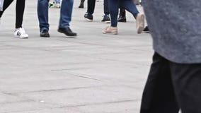 Moscou, Rússia - 21 de abril de 2019: Muitos pés dos pés dos povos que andam para a frente e para trás ao longo do passeio pedra- vídeos de arquivo