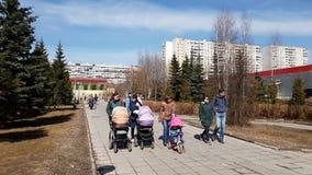 Moscou, Rússia 22 de abril 2018 Mulheres com transportes de bebê que andam ao longo do bulevar video estoque