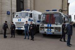 MOSCOU, RÚSSIA - 30 DE ABRIL DE 2018: Os carros de polícia e o Rosgvardia cordoned fora após a reunião na avenida de Sakharov con Fotografia de Stock