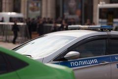 MOSCOU, RÚSSIA - 30 DE ABRIL DE 2018: Os carros de polícia e o Rosgvardia cordoned fora após a reunião na avenida de Sakharov con Fotografia de Stock Royalty Free