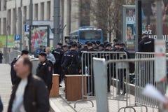 MOSCOU, RÚSSIA - 30 DE ABRIL DE 2018: Os carros de polícia e o Rosgvardia cordoned fora após uma reunião na avenida de Sakharov Fotos de Stock Royalty Free