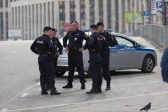 MOSCOU, RÚSSIA - 30 DE ABRIL DE 2018: Os carros de polícia e o Rosgvardia cordoned fora após uma reunião na avenida de Sakharov Imagens de Stock Royalty Free