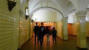 Moscou, Rússia - 14 de abril 2018 Os povos vão na transição à estação de metro Komsomolskaya video estoque